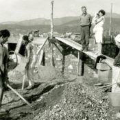 Tutta la famiglia al lavoro per la costruzione dell'hotel